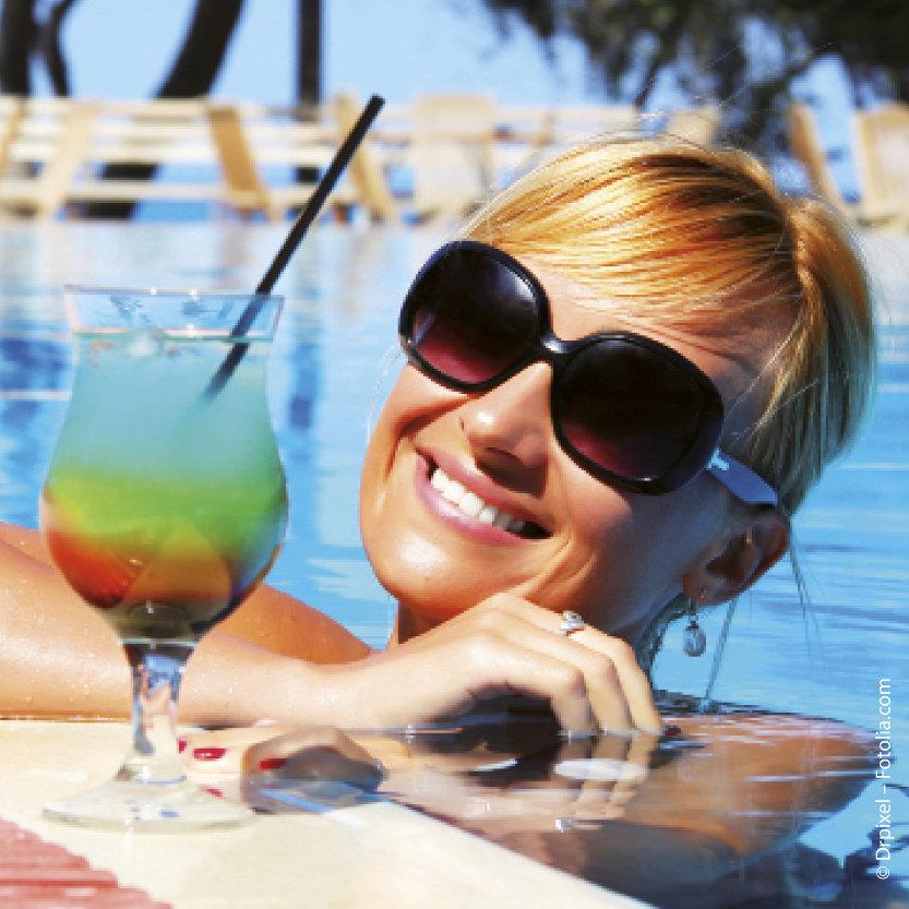 Ob Cocktail oder Cola: Getränke im Urlaub besser ohne Eiswürfel bestellen